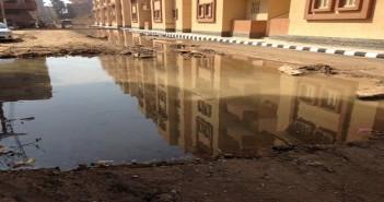 بالصور.. كسور مُستمرة في مواسير خط مياه تغرق شارعًا بكفر الزيات