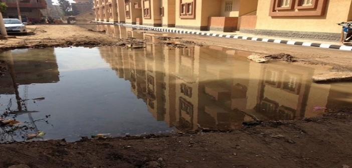 صور| كسور مُستمرة في مواسير خط مياه تغرق شارعًا بكفر الزيات