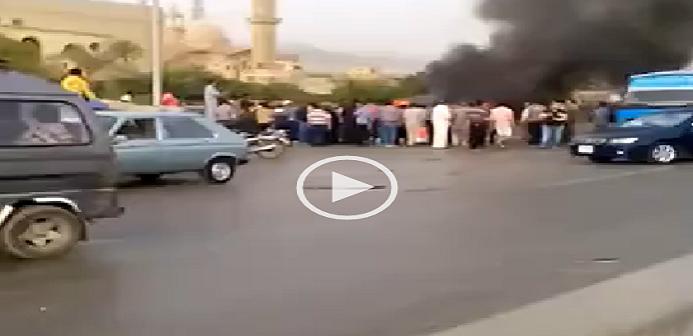 ▶ بالفيديو.. اشتعال سيارة عَ الدائري.. وشاهد عيان: تفحم 3 أشخاص