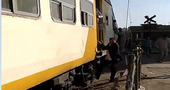 بالفيديو.. مواطنون يقفزون من قطار خلال تحركه على مزلقان غمرة