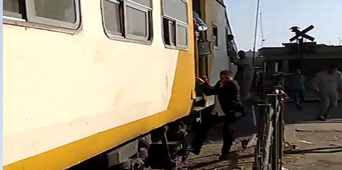 بالفيديو.. ركاب يخاطرون بحياتهم بالقفز من قطار خلال تحركه
