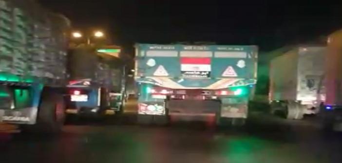 ▶ بالفيديو.. سباق تريلا بسرعات كبيرة عَ الزراعي (السائق كنس الطريق)