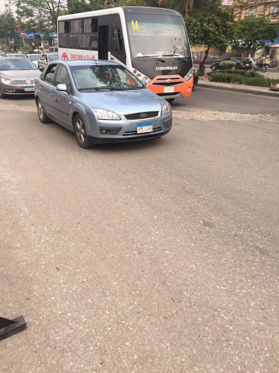 مواطن يحذر من حفرة بشارع في أرض الجولف تتسبب في كثافات مرورية دائمة