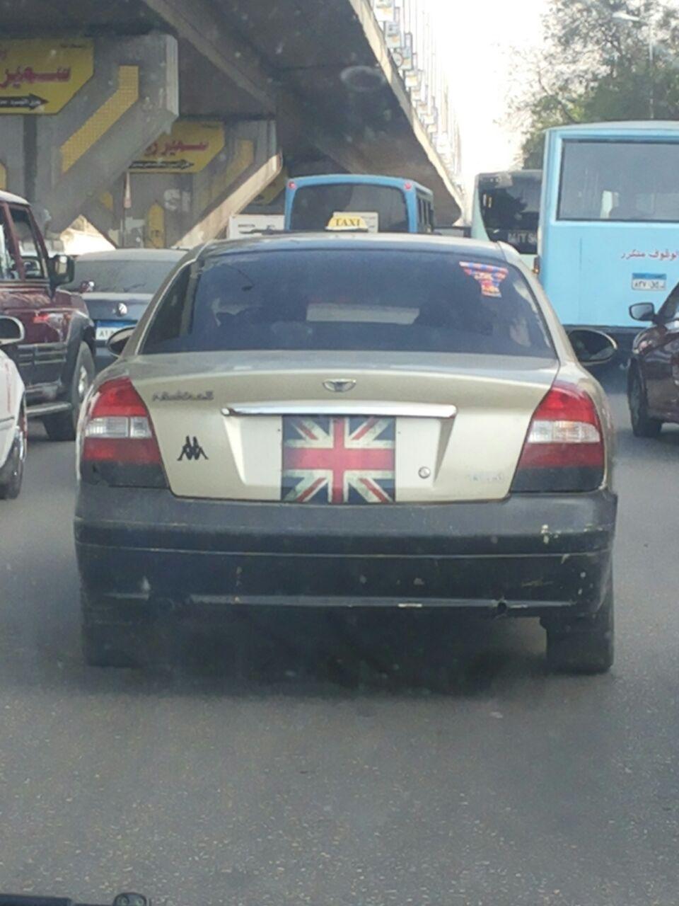 بالعلم البريطاني.. سيارة تتحرك بحرية في شوارع القاهرة دون لوحات معدنية