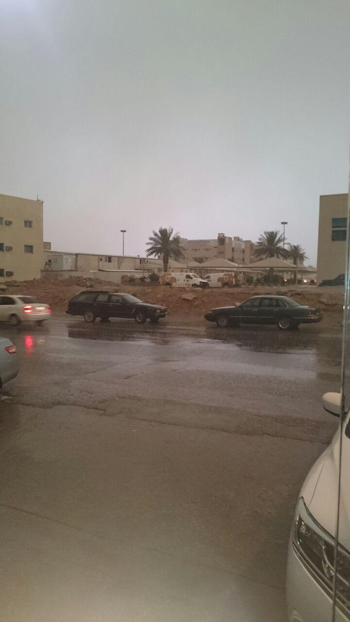 صور| أمطار غزيرة بمدينة بريدة السعودية مصحوبة بموجة برق ورعد