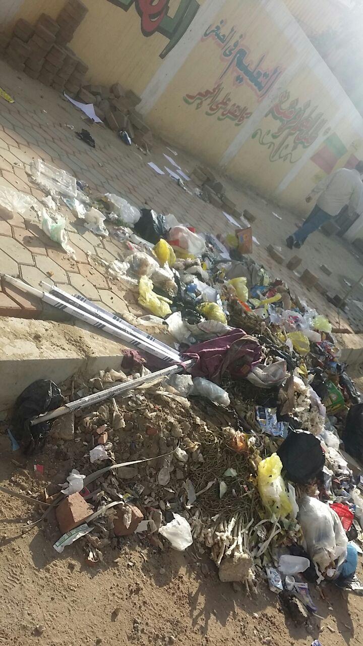 قمامة ومخلفات على أسوار مدرسة سنان بحي الزيتون
