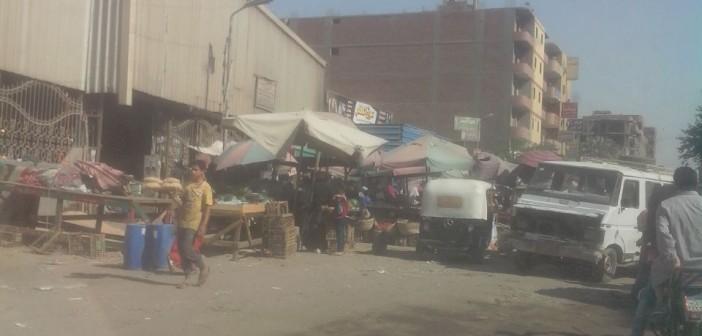 بعد يوم من حملة الحي والشرطة.. عودة إشغالات سوق البطران بالهرم