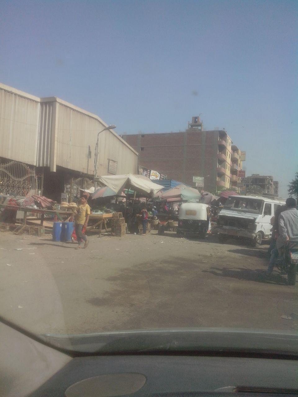 بعد يوم من حملة للحي والشرطة.. عودة إشغالات سوق البطران بالهرم