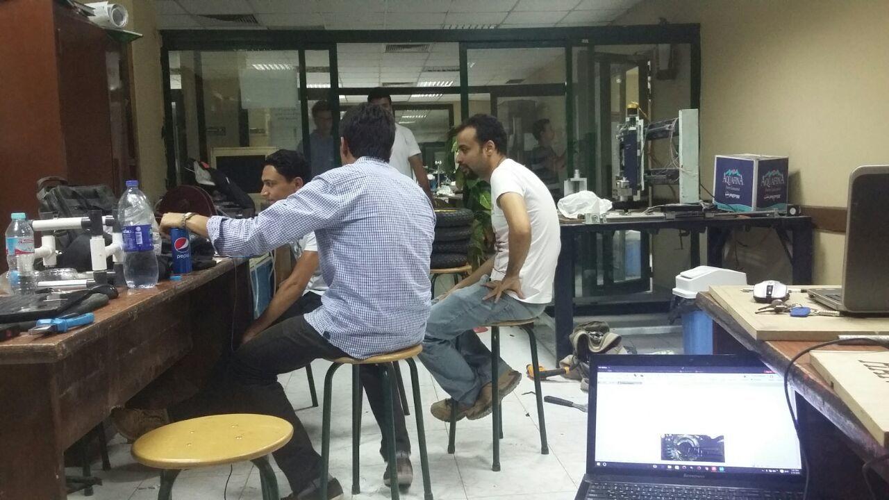 بالفيديو والصور.. طلاب هندسة ينجحون في تصميم كرسي متحرك يمكن تشغيله بالموبايل