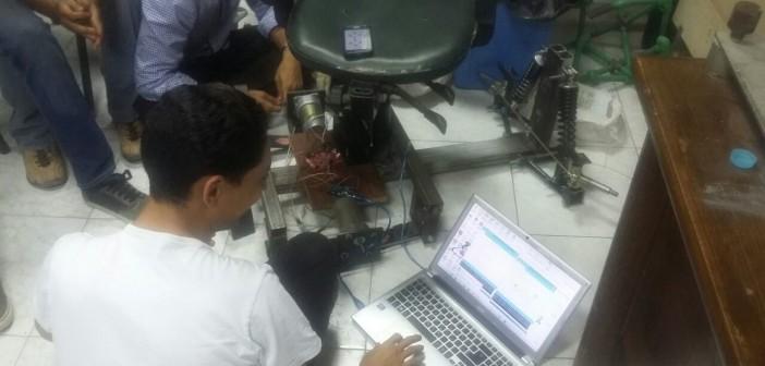 بالفيديو والصور.. طلاب هندسة يصممون كرسي متحرك يعمل بالموبايل