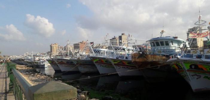 بالصور.. صيادو دمياط يتظاهرون بالمراكب ضد قرار «الرماس»