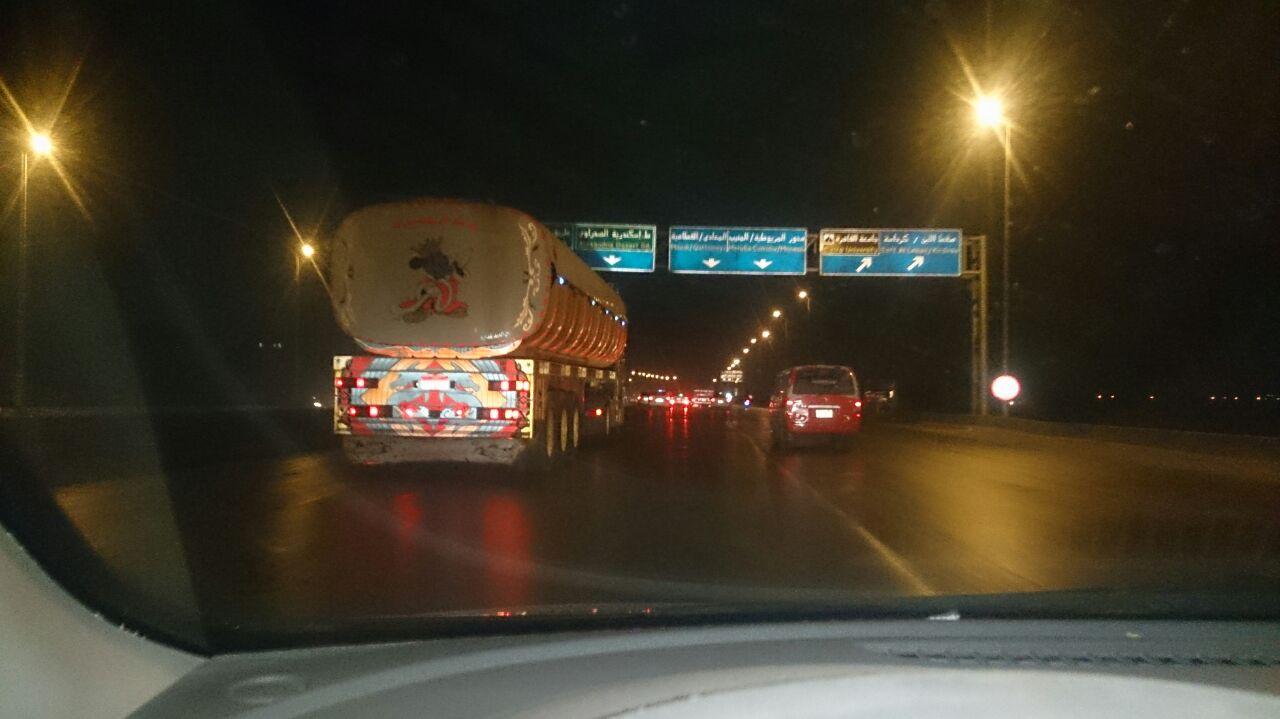 بالصور.. مواطن يرصد مخالفات النقل الثقيل عَ الدائري