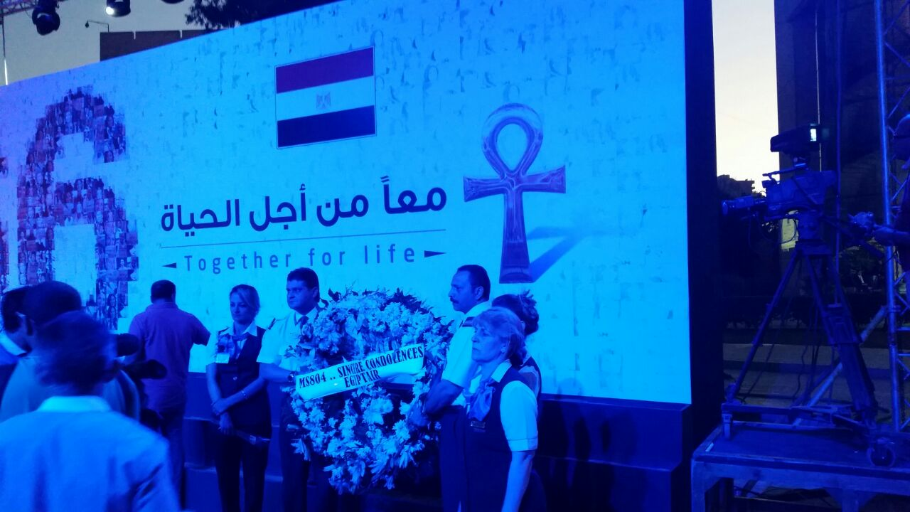 بالصور والفيديو.. مسيرة لتأبين ضحايا الطائرة المصرية بالشموع وأكاليل الزهور