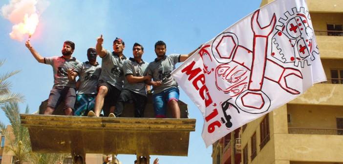 بالصور.. طلاب هندسة ميكانيكا يحتفلون بـ«Fun Day» التخرج عبر «دخلة البلدوزر»