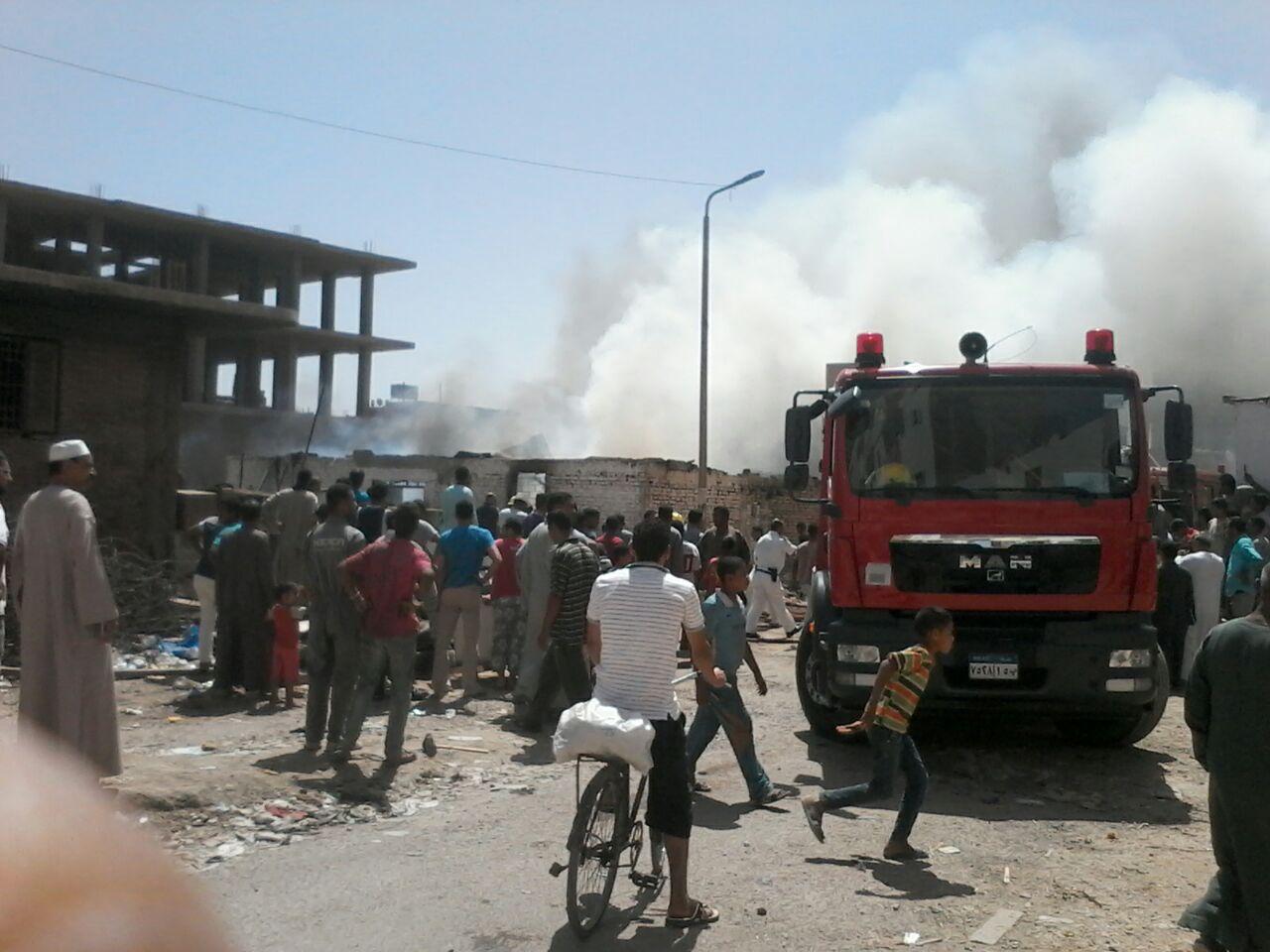بالصور.. اندلاع حريق في مخزن خردة بالغردقة.. والنيران تأكل أغلب محتوياته