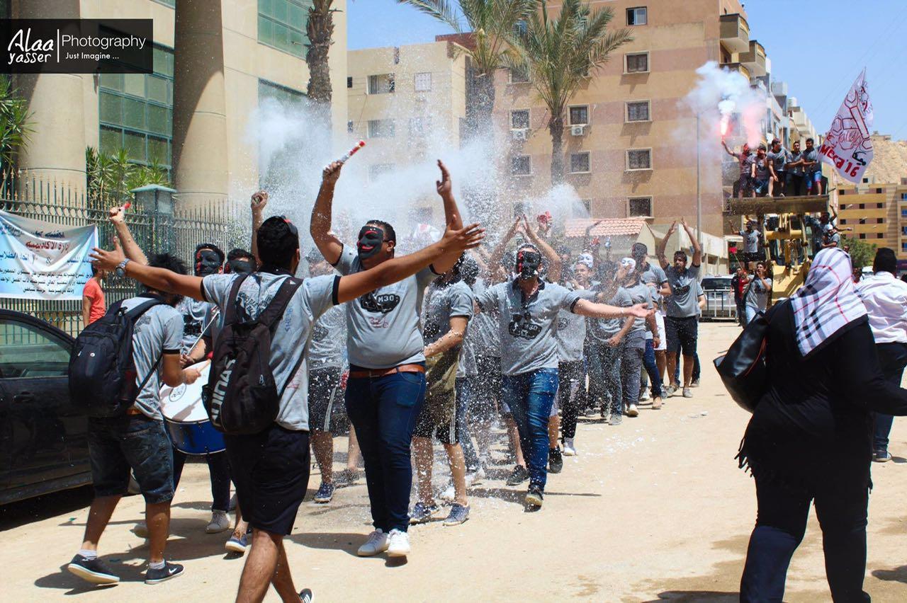 طلاب هندسة ميكانيكا يحتفلون بالـ«Fun Day» عبر «دخلة البلدوزر»