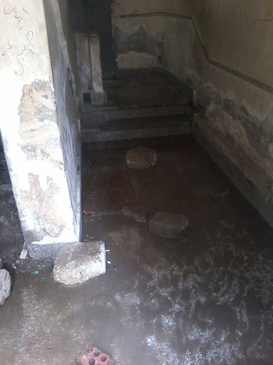 بالصور.. مياه الصرف تغمر مكاتب للصحة والتموين والسجل المدني بالهرم