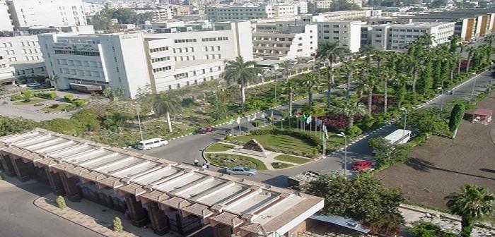صورة| مريض يفترش الأرض بمستشفى جامعة المنصورة.. والمحلول والطعام بجوار القمامة