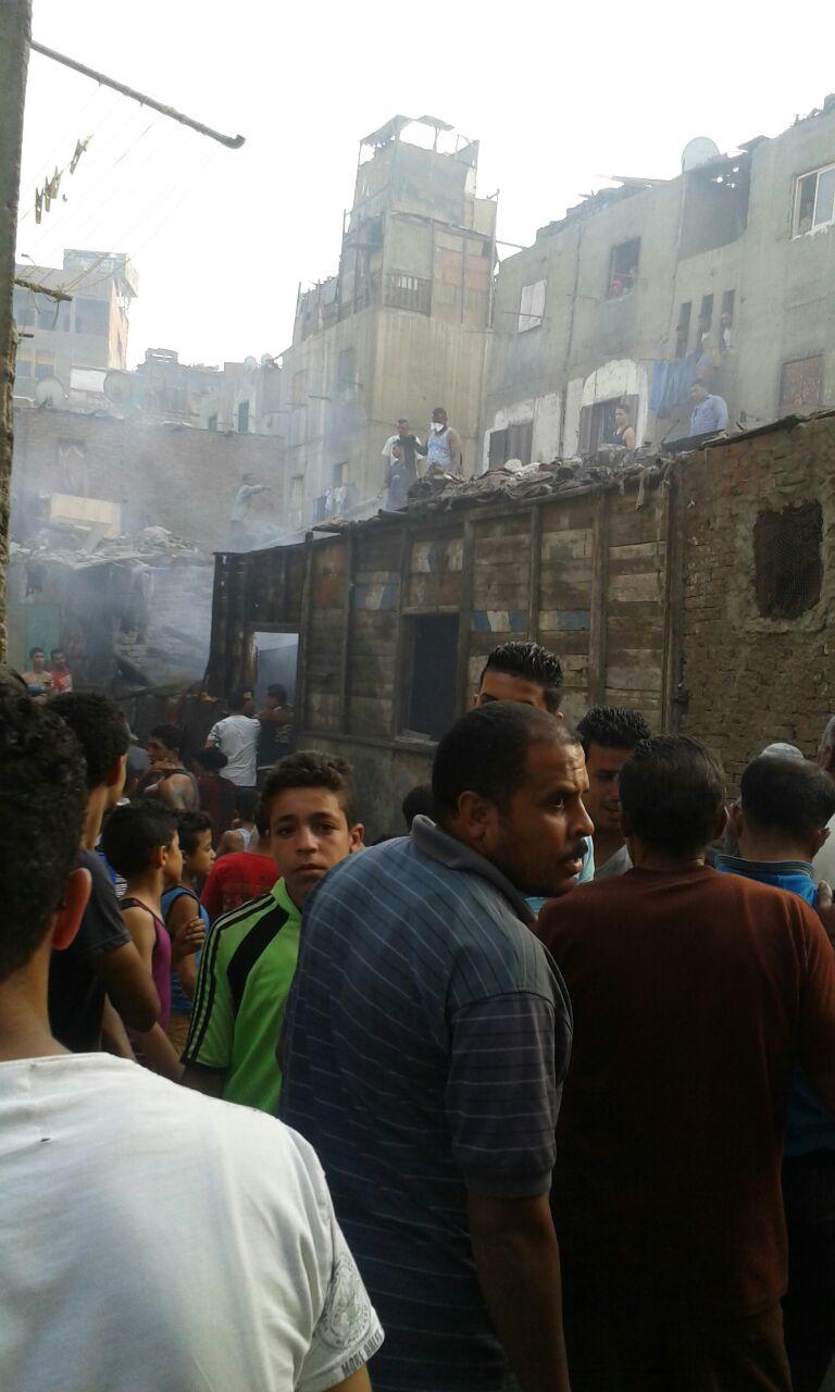 صورة| حريق في مساكن إيواء الدويقة.. والأهالي: «محدش سأل من المحافظة.. سابونا نموت»