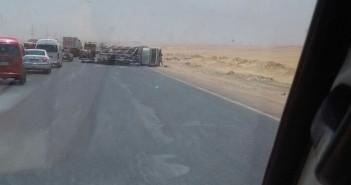 انقلاب سيارة مُحملة باسطوانات الغاز على طريق مصر ـ الفيوم