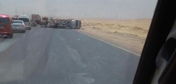 بالصور.. انقلاب سيارة مُحملة باسطوانات الغاز على طريق مصر ـ الفيوم