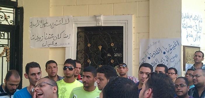 بالصور.. اعتصام معلمين مغتربين أمام «التعليم» للعودة إلى محافظاتهم