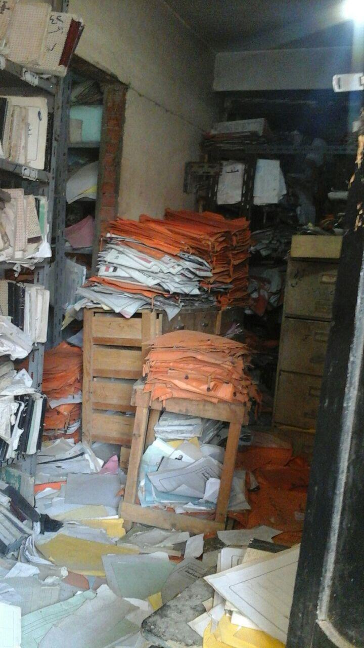 بالصور.. مواطن يرصد مصير حافظة ورق التراخيص «الإجبارية» في مرور فيصل