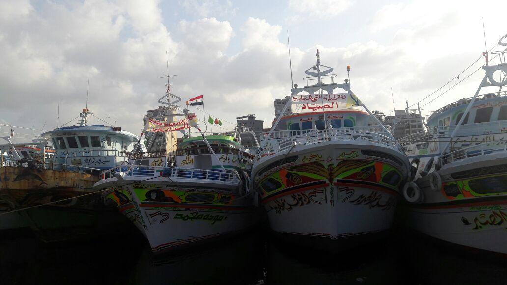 بالصور.. صيادو دمياط يتظاهرون بالمراكب ضد قرار «الرماس» أمام التفتيش البحري