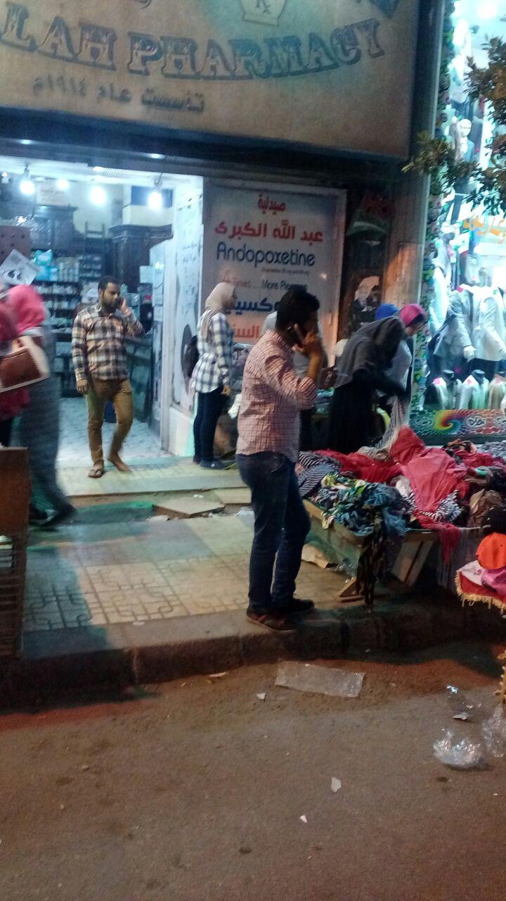 مواطن يشكو انتشار الباعة الجائلين أمام المحال على أرصفة شوارع المنشية