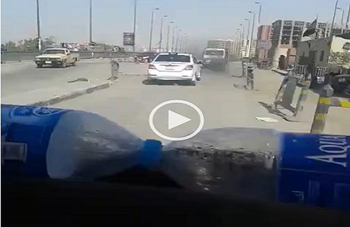 بالفيديو.. مواطن يرصد سُحب دخان ميكروباص يتحرك بلا لوحات معدنية