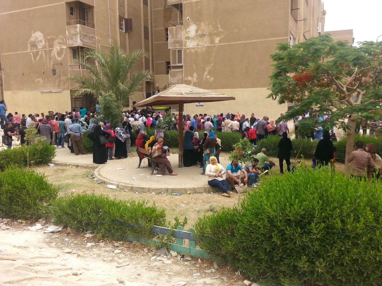 بالصور.. زحام أمام بنك التعمير والإسكان بالقاهرة الجديدة لحجز شقق محدودي الدخل