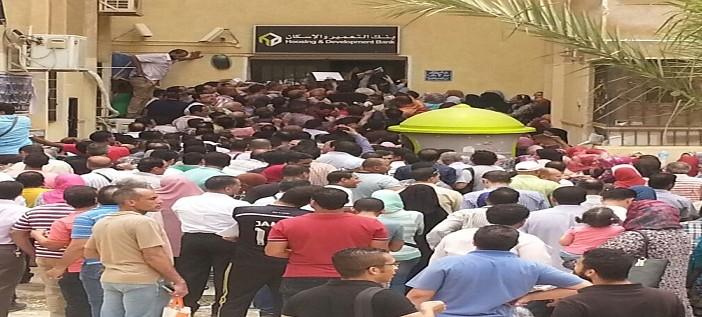 زحام أمام بنك التعمير والإسكان بالقاهرة الجديدة لحجز شقق محدودي الدخل (صور)