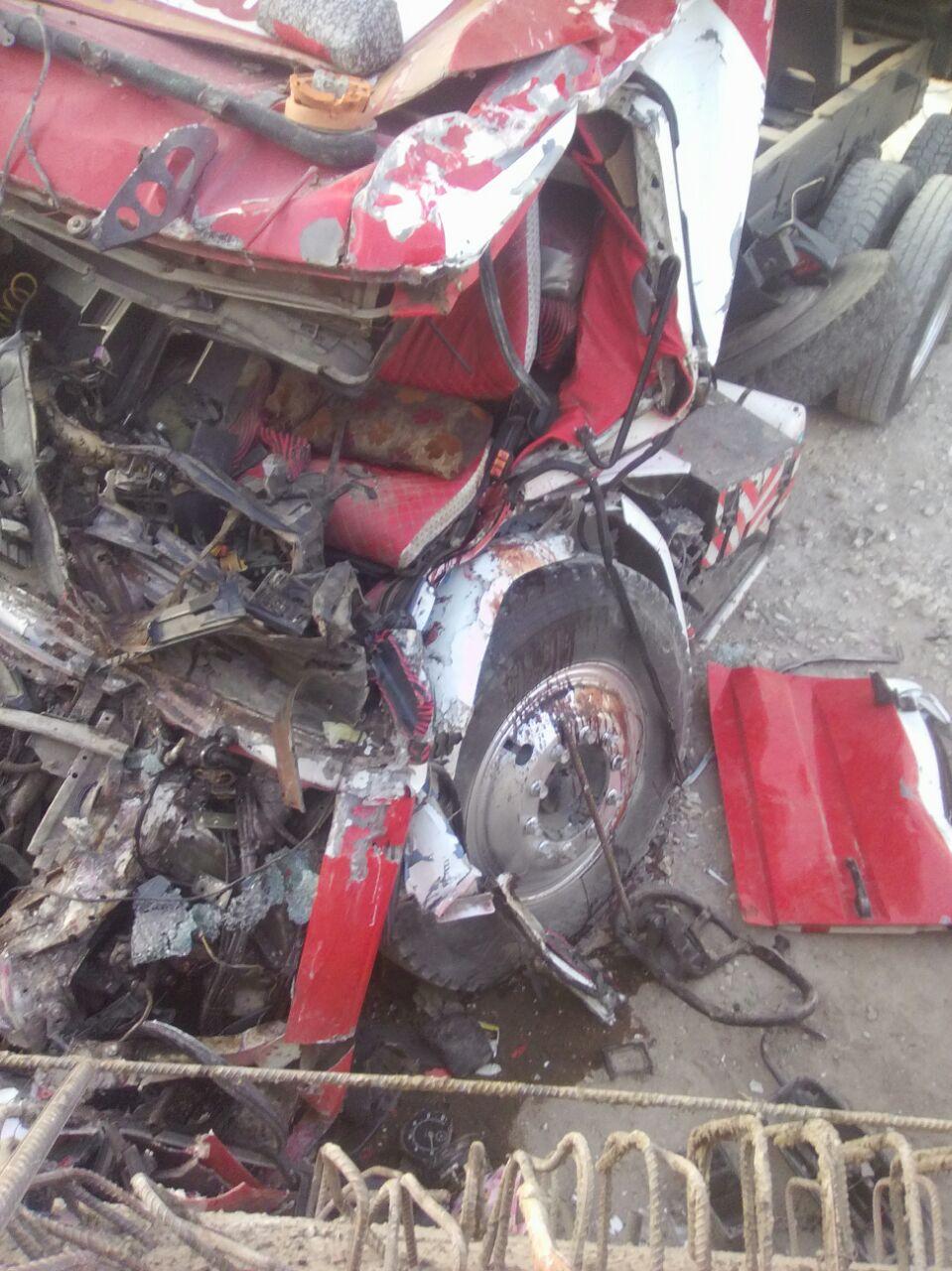 مصرع سائق نقل وإصابة مساعده بعد سقوط كتلة خرسانية على كابينة القيادة