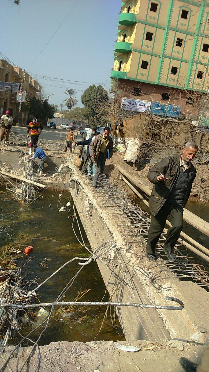 ملوي تهدم كوبري.. والسكان يخاطرون بالعبور على ماسورة مياه
