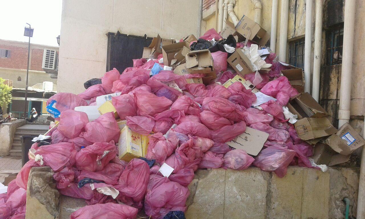 تكدس النفايات الطبية بمستشفى إدفو العام.. وبلاغ ضد مديره ورئيس المدينة (صور)