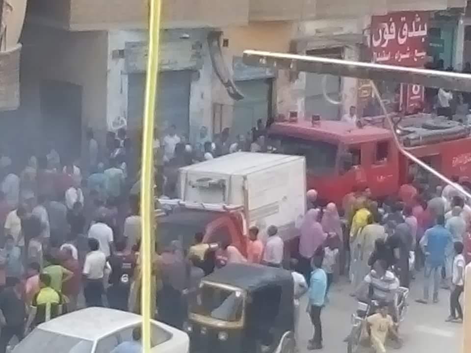 بالصور.. مصرع شاب وإصابة العشرات في حريق مخزن قطن بالمرج