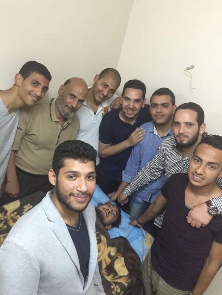 زملاء عُمر الطالب بجامعة سيناء يرافقونه بعد إصابته