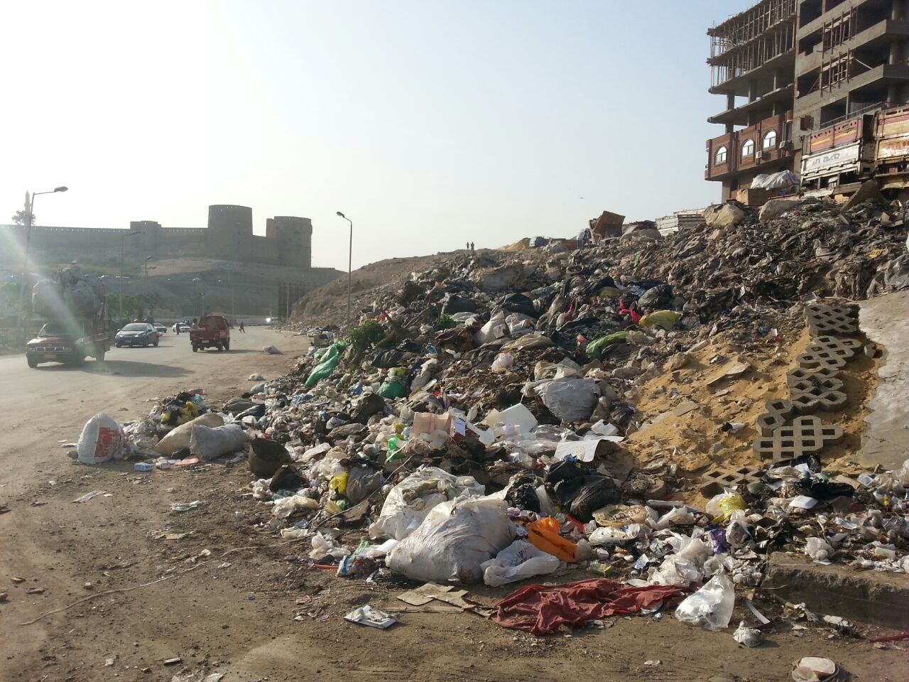 مطالب بإزالة مقلب قمامة ومخلفات في طريق قرب قلعة صلاح الدين