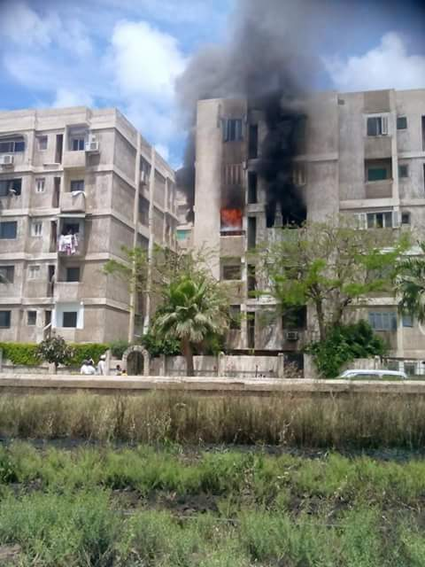بالصور.. اندلاع حريق في عقار سكني في المعمورة بالإسكندرية
