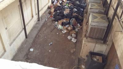 قمامة ونفايات طبية تغرق مستشفي جمال عبدالناصر بالإسكندرية