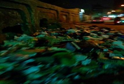 تجمعات القمامة تحاصر أسوار وحدة صحية بإمبابة