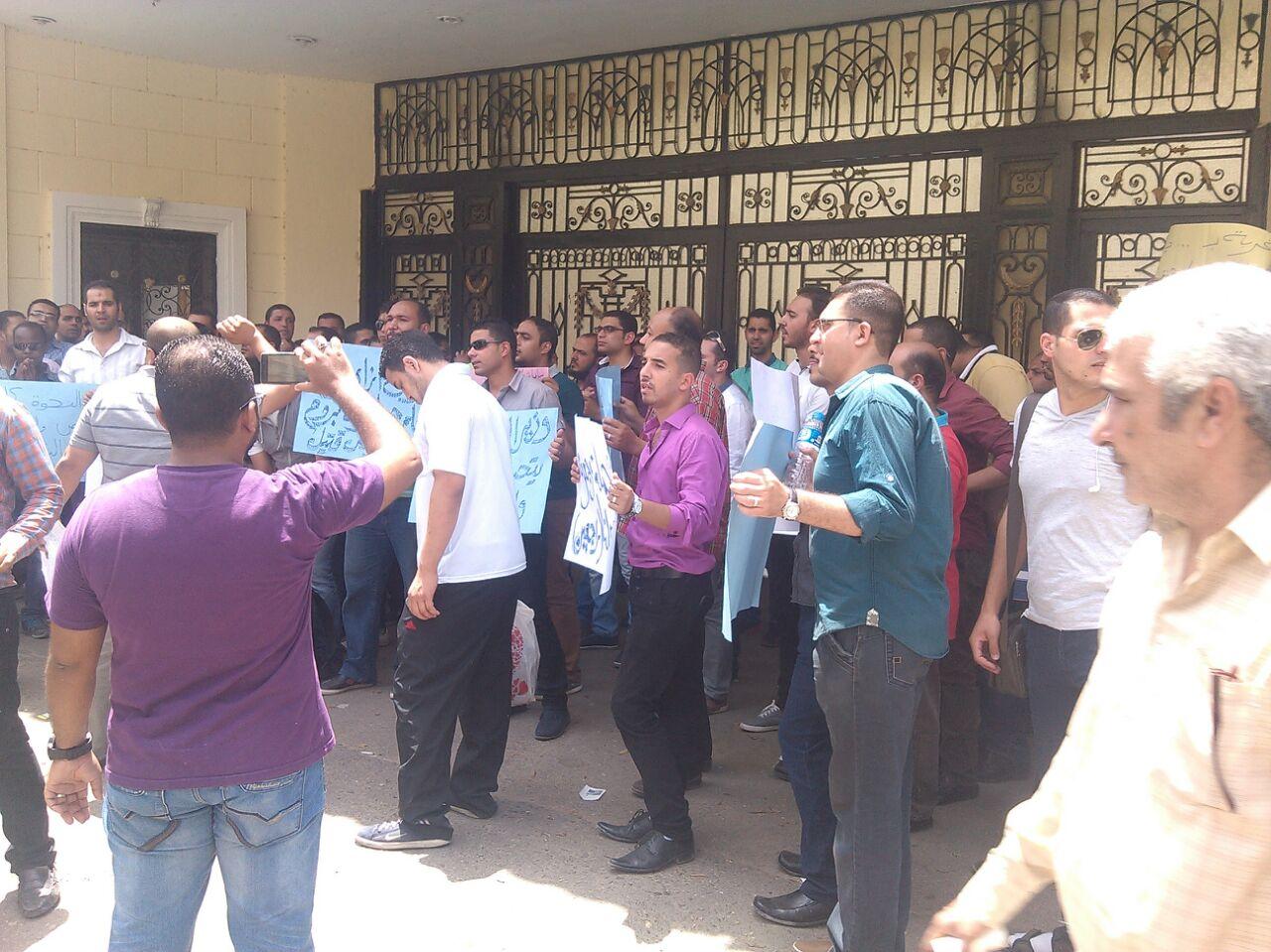 معلمون مغتربون يدخلون في اعتصام أمام «التعليم» للعودة إلى محافظاتهم (صور)