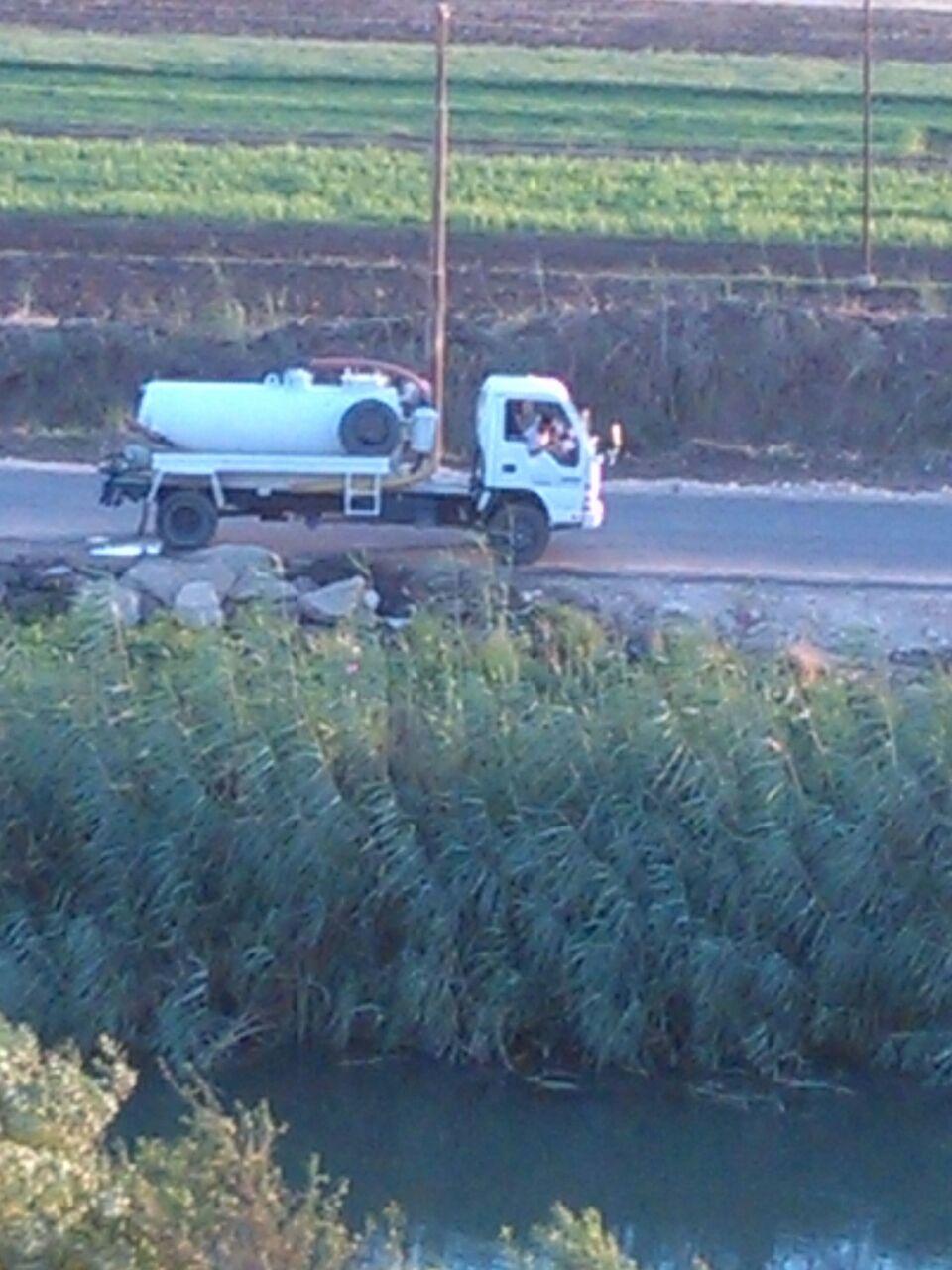 بالصور.. سيارات تفرغ مخلفات الصرف الصحي في ترعة رئيسية بأسيوط
