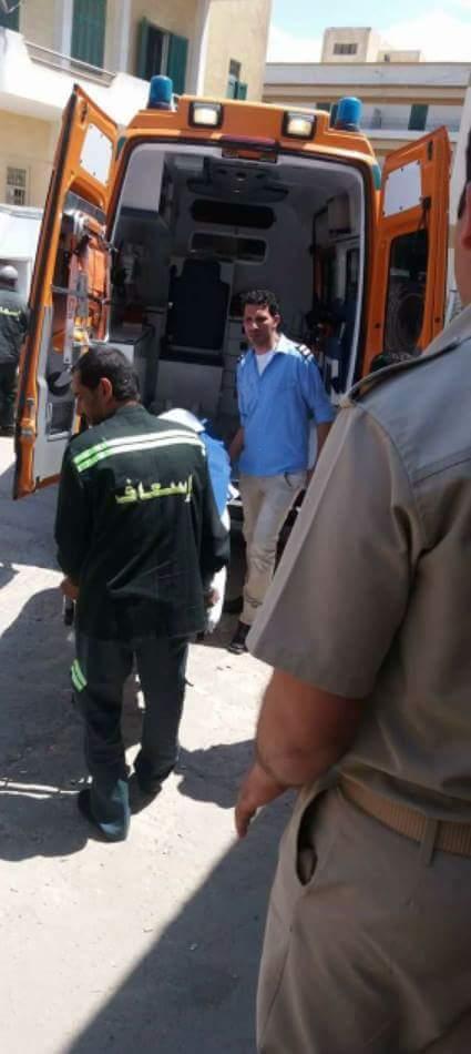 بالصور.. وفاة ماليزي على متن سفينة بميناء دمياط.. ونقل جثته للمستشفى