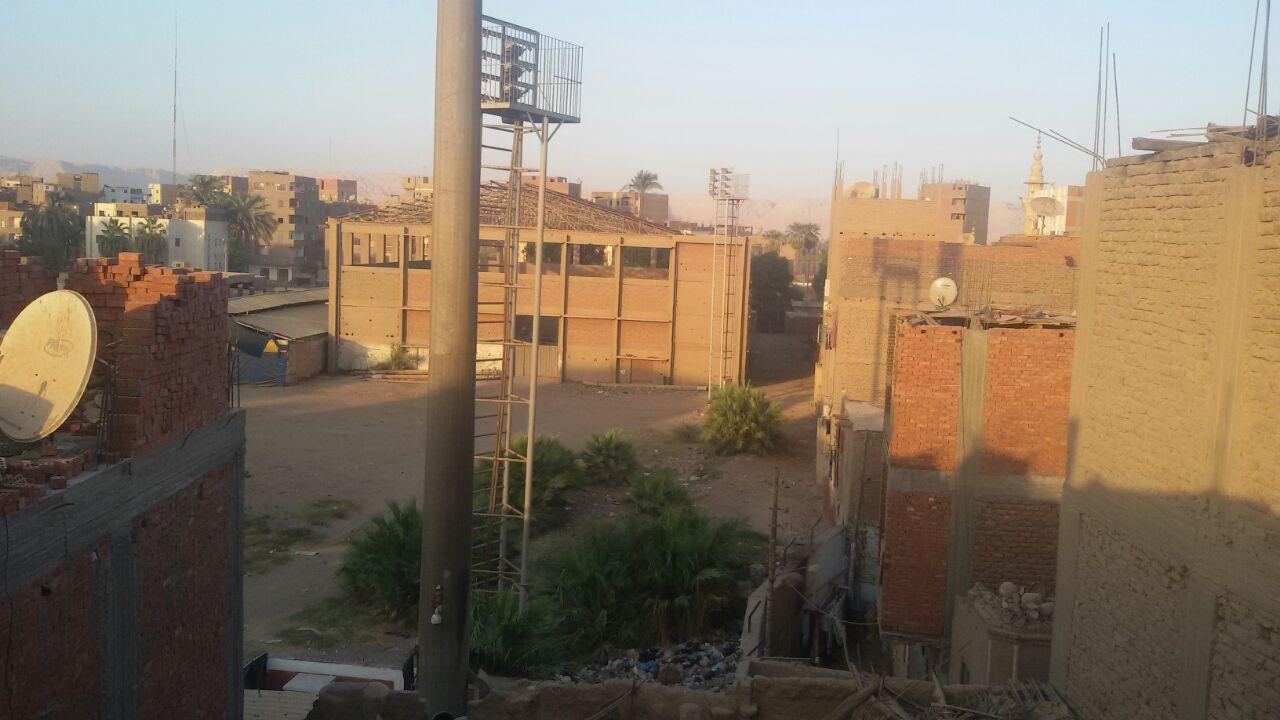 بالصور.. مواطنون يشكون من برج لتقوية المحمول بنجع حمادي