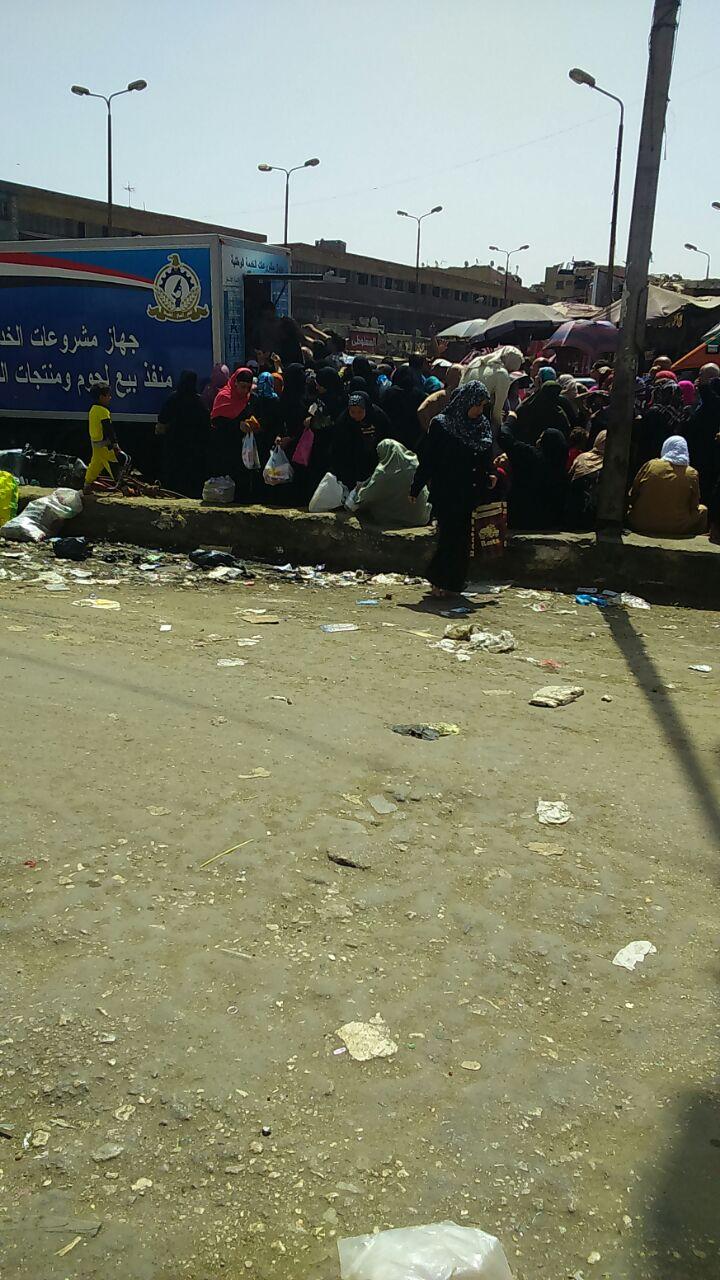 بالصور ..رغم تأكيدات «التموين» بتوفير السلع قبل رمضان ..طوابير بالمئات للحصول على «فرخة»