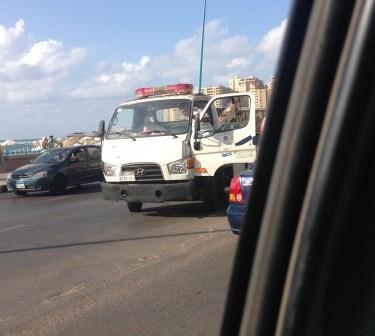 بالصور.. إصابة شخص في انقلاب سيارة على كورنيش الإسكندرية