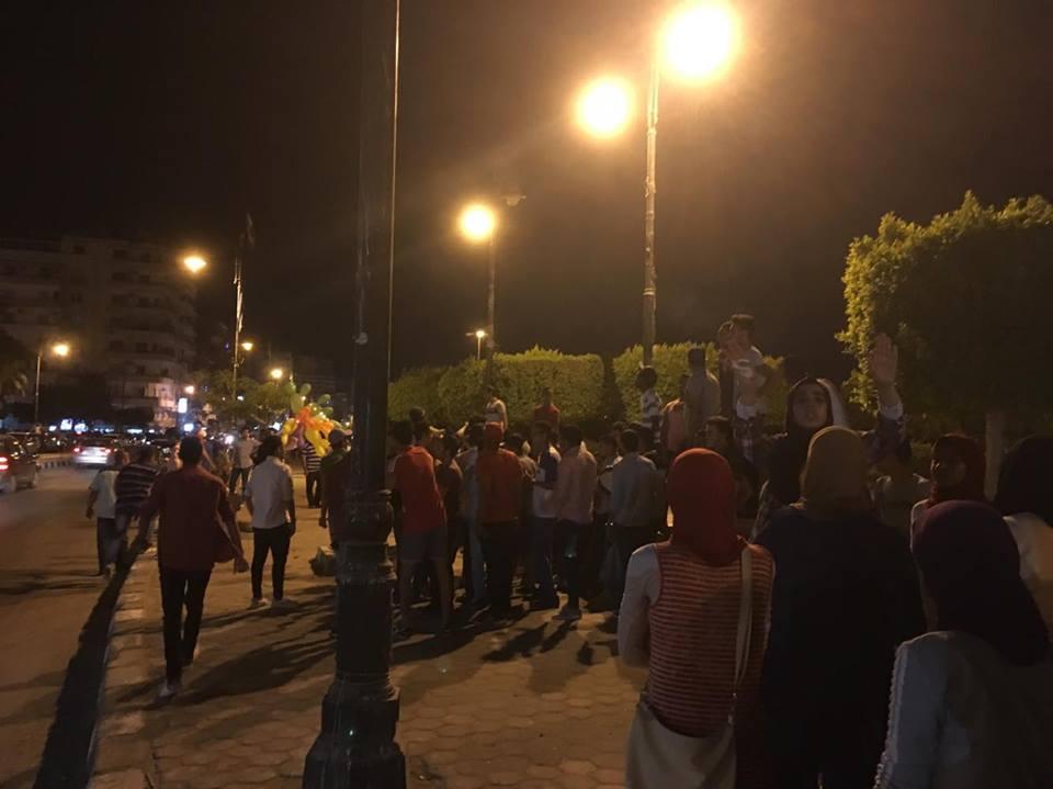 بالصور.. مظاهرة طلاب الثانوية أمام ديوان محافظة السويس ضد إعادة الامتحانات