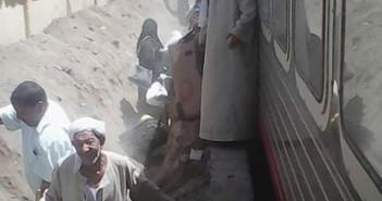 نط وأنت نصيبك.. صورة كارثية لركاب يغادرون قطارًا بمحطة كوم امبو