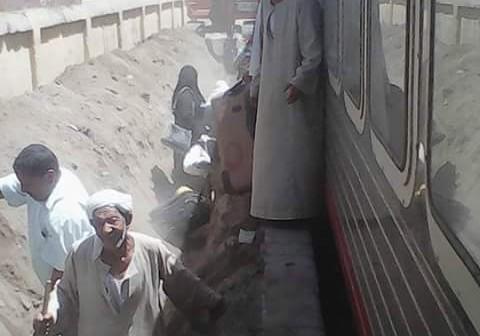 نط ف الحفرة وأنت نصيبك.. صورة كارثية لركاب يغادرون قطارًا بكوم امبو